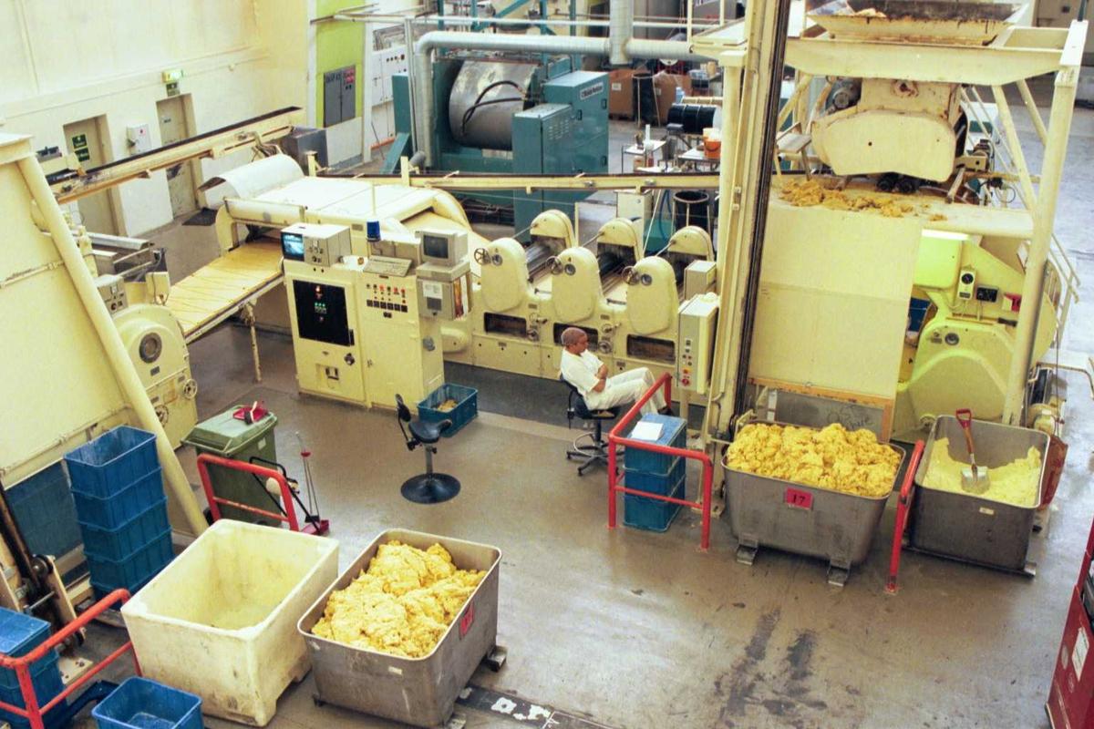 Bakeren passer laminatoren på A-linja, maskiner, arbeidsmiljø, fabrikkmiljø