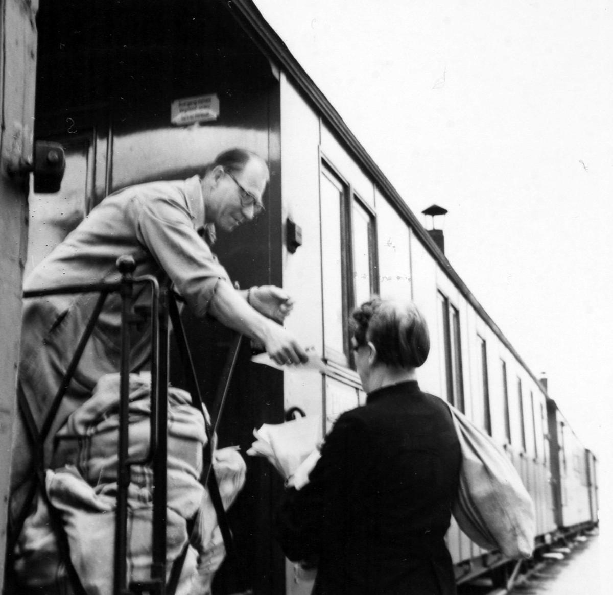 Overlevering av dagens post ved Kvevli stasjon. Tog 2051 til Skulerud.
