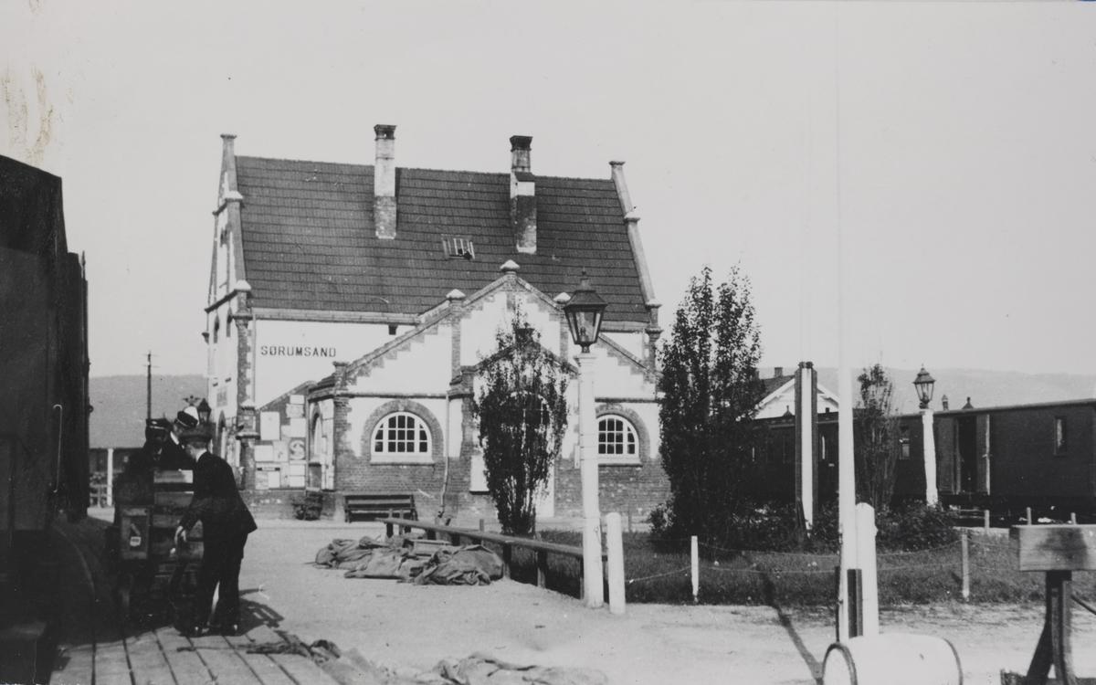 Sørumsand stasjon. Av- og pålessing av gods fra godstog på Kongsvingerbanen.
