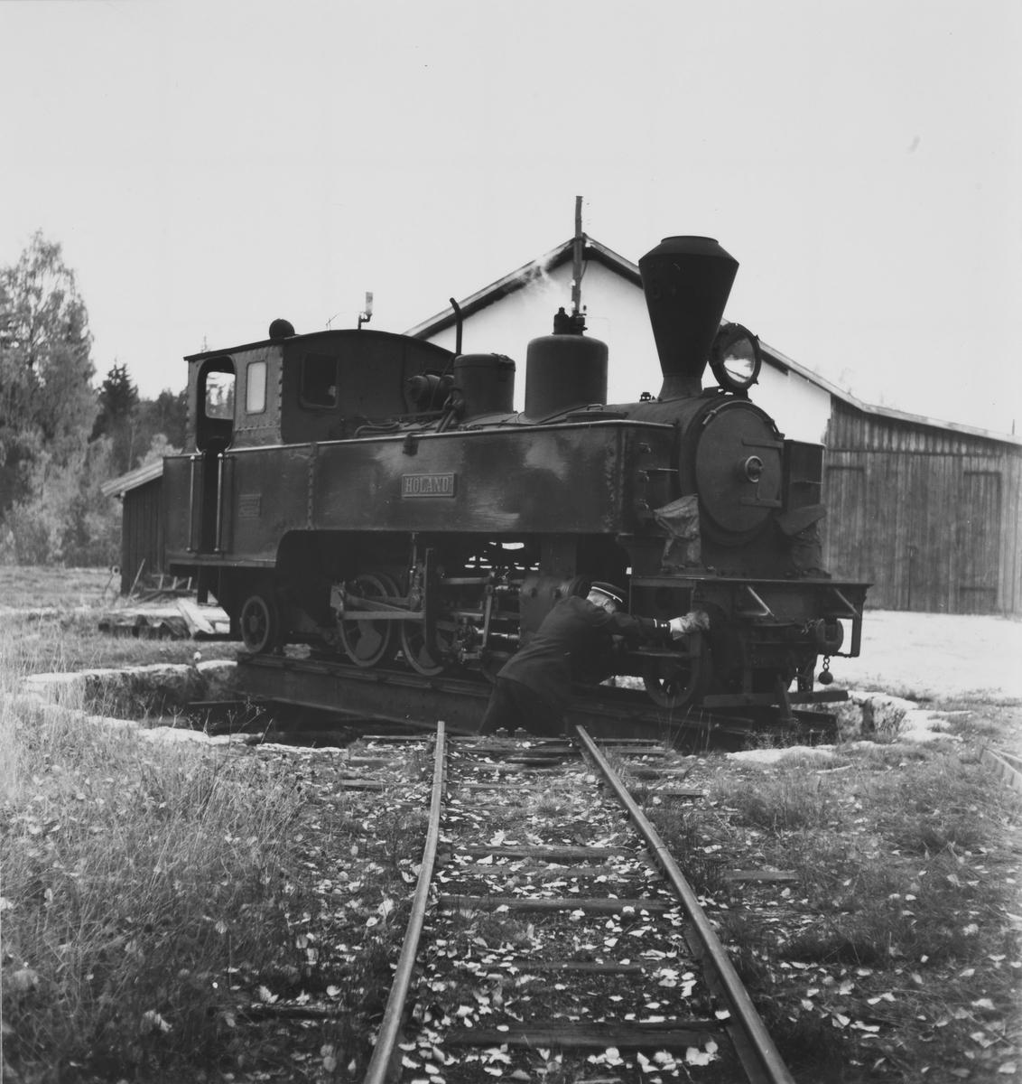 Lok 6 Høland snus på svingskiven på Skulerud. Lokstallen skimtes i bakgrunnen.