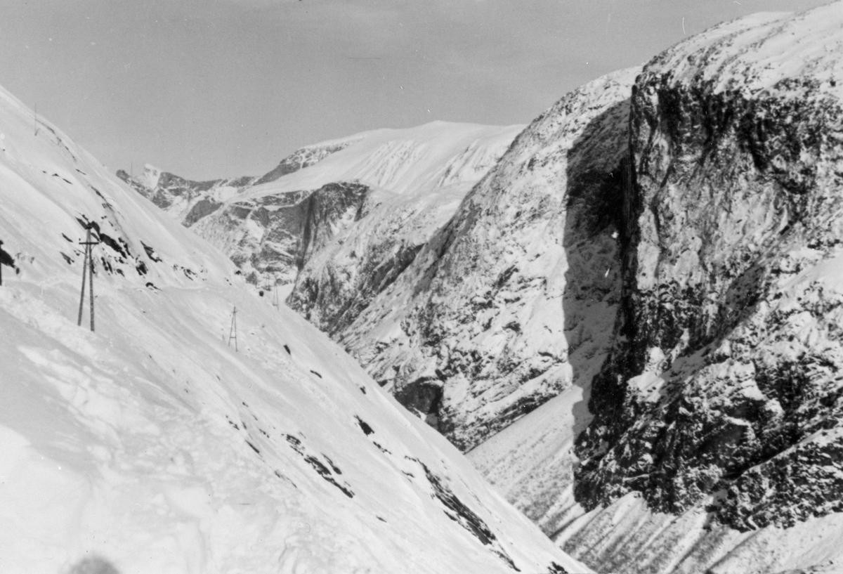 9000 m3 med snø må skuffes vekk for hånd for å kunne gjøre Aurabanen farbar for sommersesongen. Det var umulig å holde fjellstrekningen åpen vinterstid, og den ble derfor gjerne stengt i oktober.