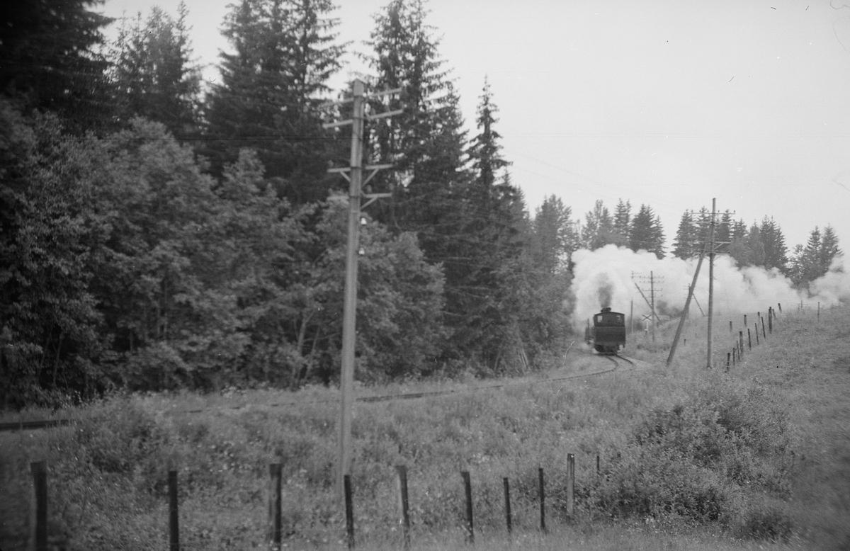 Tog 2075 retning Skulerud midt mellom de to 80 m-kurvene i øvre del av Harkerudbakken