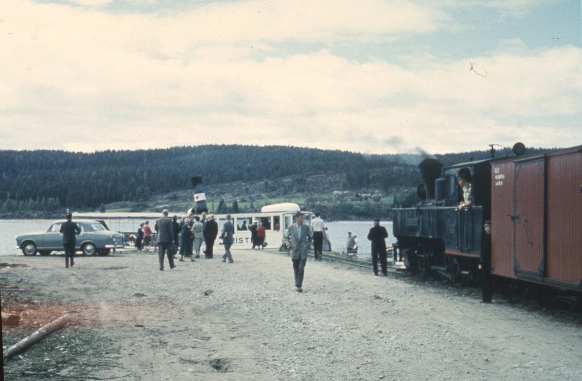 Tog 2051 har ankommet dampskipsbryggen på Skulerud. Rundreisepassasjerene går ombord i D/S Turisten