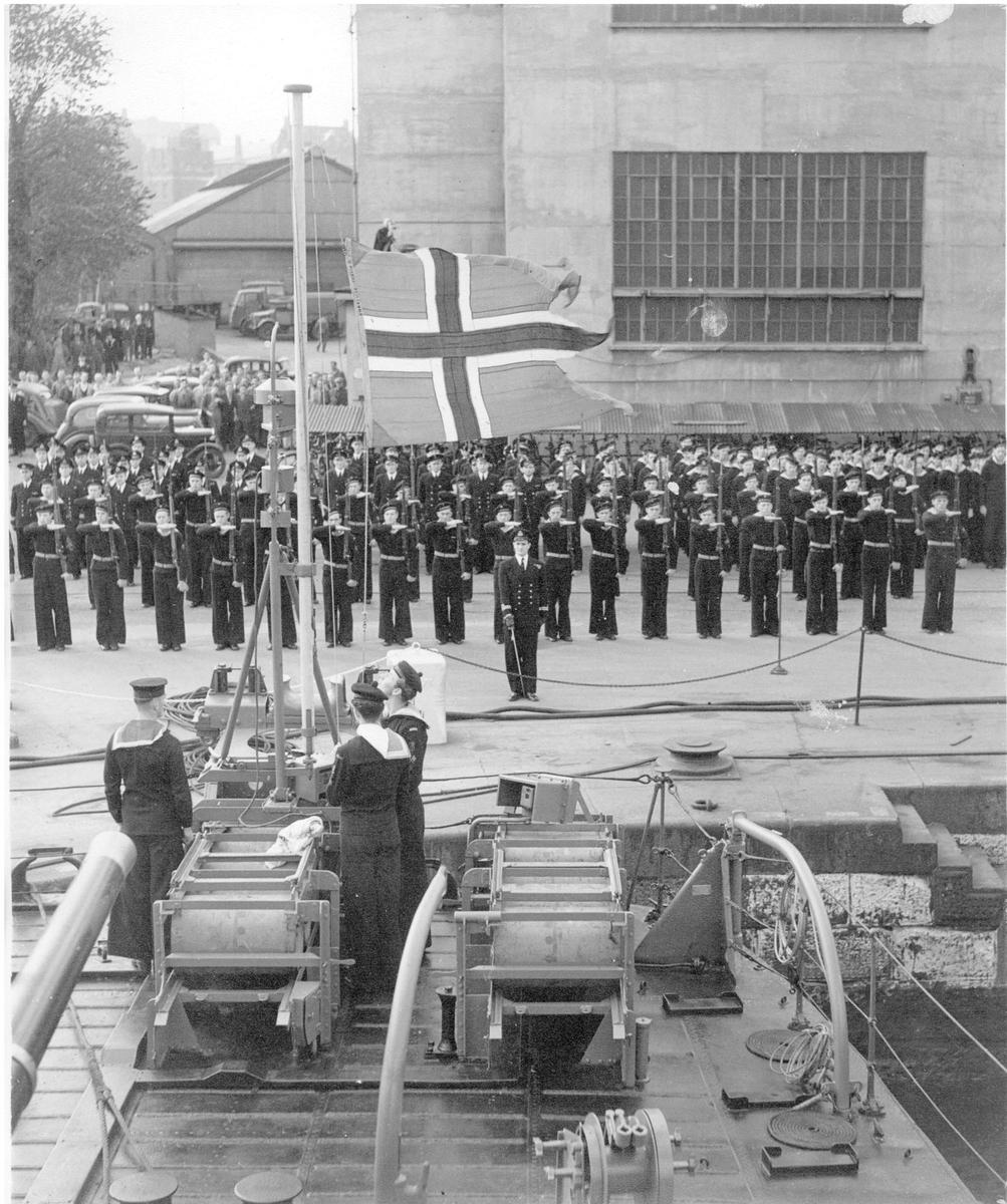 Motiv: Flagget heises på K.N.M. Stavanger og K.N.M. Trondheim ved overtagelse i Chatham den 10/10-46.
