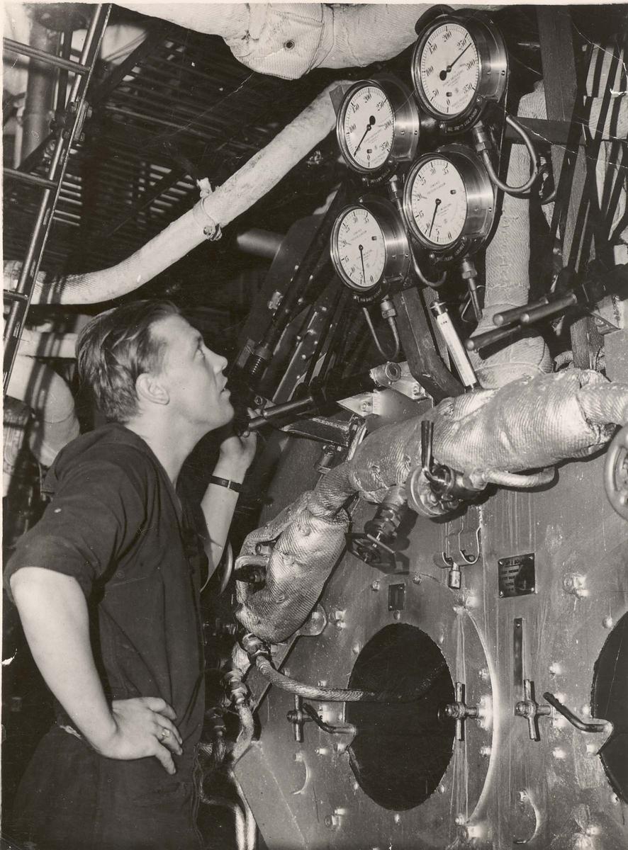 """Jageren  """"Glaisdale"""" , livet om bord under 2. VK. Fra maskinrommet."""