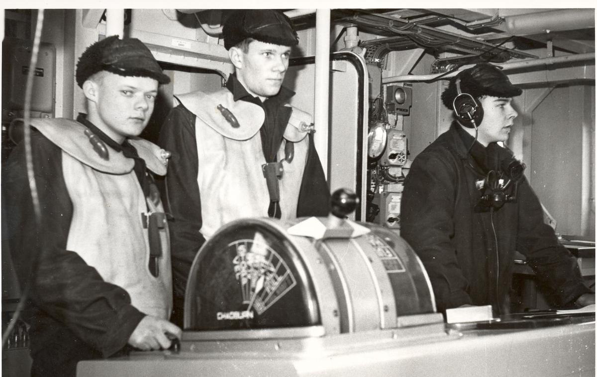 "Tjueen foto fra fregatten KNM ""Oslo"" under tjeneste vinteren 1967 i Nord-Norge. Livet om bord, styrhusbesetning"
