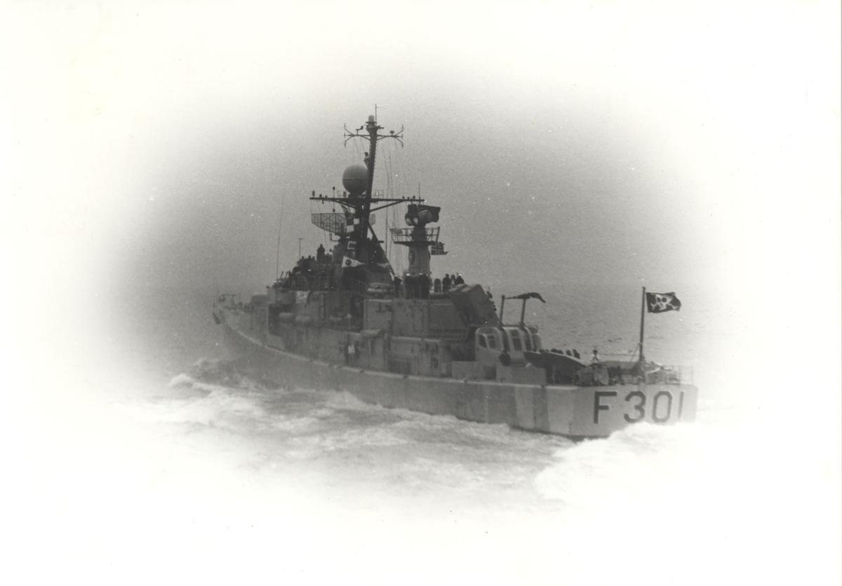 """Oslo-kl.fregatt KNM """"Bergen""""  forlater en øvelse. Babord side akter."""