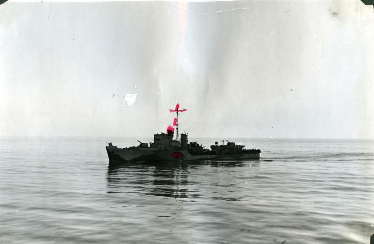 "Album Glaisdale H.Nor.M.S. ""Glaisdale"". Fotograf: Ltn. Holter. Norsk destroyer ""Eskadal"" som ble senket under kamp våren 1943."