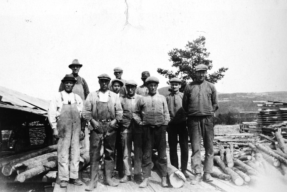 """Holen -saga i Brumunddal i 1920-årene. Gruppe ukjente sagbruksarbeidere. Berger Langmoen startet Sagbruket i 1922. """"De første arbeiderne på Langmosaga. Axel Petersheim til venstre foran og bak ham Martin Børke. """""""