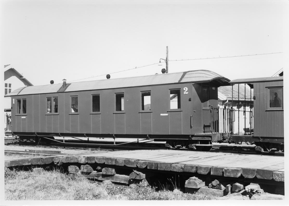 Driftsklare personvogner i spor 2 på Bjørkelangen stasjon.