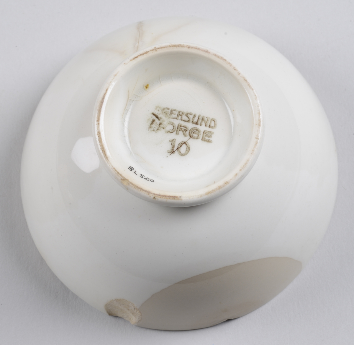 Skål i porselen med en liten stett på ca 1 cm.