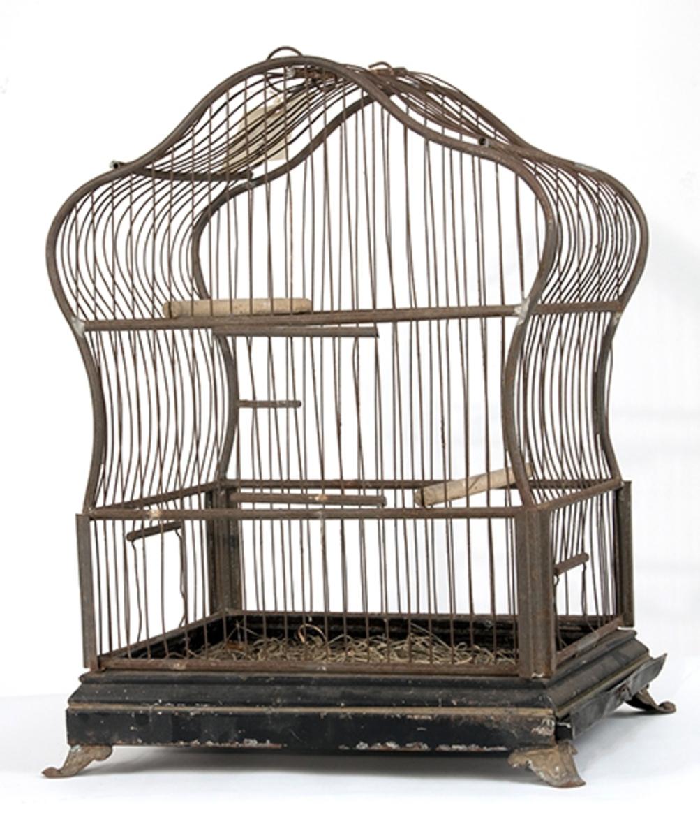 Rektangulært fuglebur i tre etasjer. Trebunn på 4 løveføtter, øverste del har buete kortsider og tak.