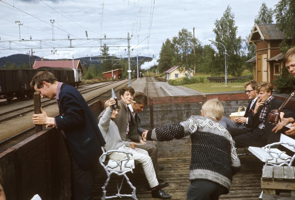 A/L Hølandsbanens veterantog til Skreia. Medlemmene har tatt plass ombord i L4-vognen