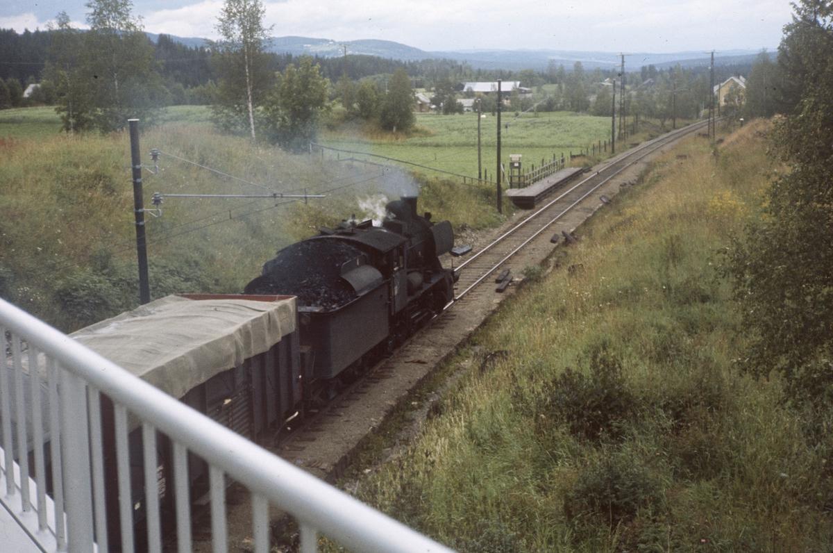 Godstog fra Skreia til Eina passerer Bruflat holdeplass. Damplok type 24b nr. 264.